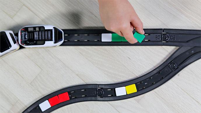 Intelino Smart Train – Chytrý nabíjecí elektrický vláček s dráhou - barevne kody na kolejích k ovládání lokomotivy