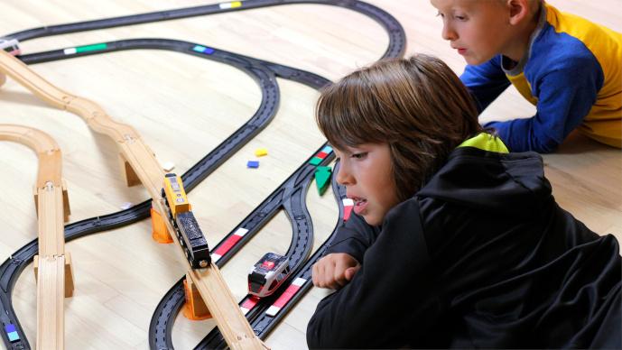 Intelino Smart Train – Chytrý nabíjecí elektrický vláček s dráhou - 2 kluci při hře