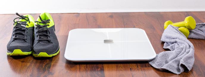 Chytrá osobní váha s analýzou složení těla pro sledování fyzické kondice po tréninku