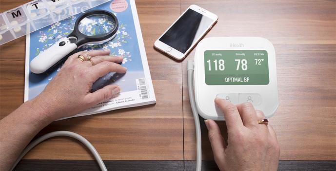 měření krevního tlaku na chytrém tlakoměru iHealth CLEAR BPM1