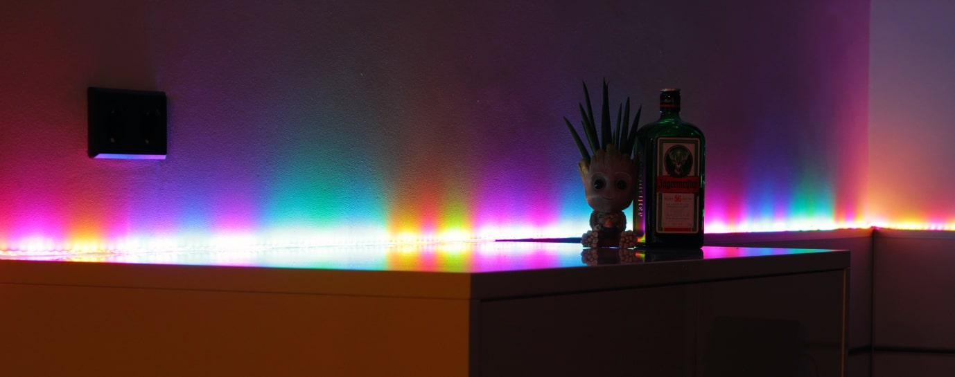 náladové osvětlení místnosti, podsvícení poličky LED páskem